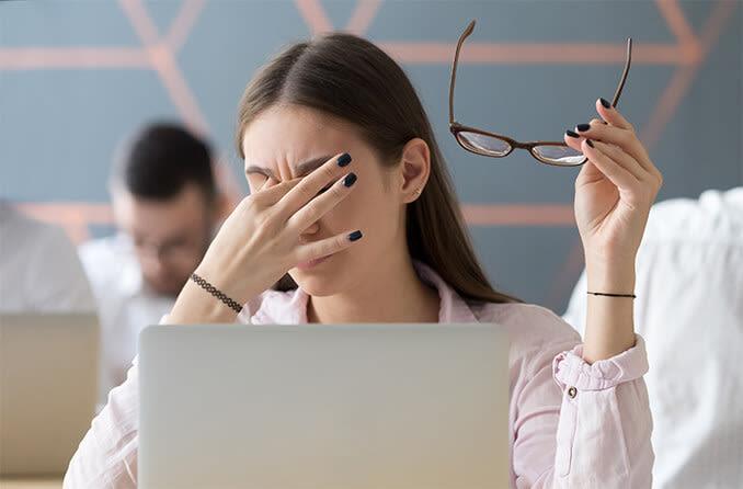 woman-with-digital-eye-strain-678x446-1